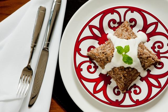 Trigo Frique • Apaixonante mix de trigo grosso, peito de frango desfiado e carne moída. Servido com o frescor da coalhada e da hortelã.